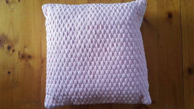 pink-knit-cushion